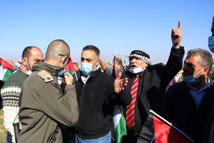 الاحتلال يمنع المواطنين من الوصول إلى أراضيهم المهددة بالمصادرة في حلحول