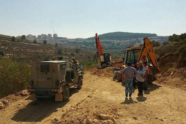 الاحتلال يحتجز جرافة خلال عملها في شق طريق شرق تياسير