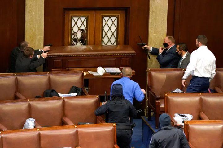 CNN: إصابة عدة ضباط في مبنى الكونغرس