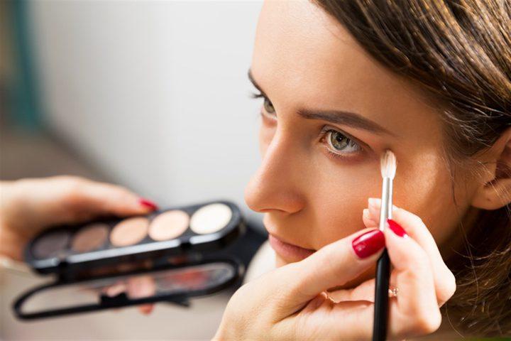 تحذيرات من تأثير وضع مساحيق التجميل يوميا