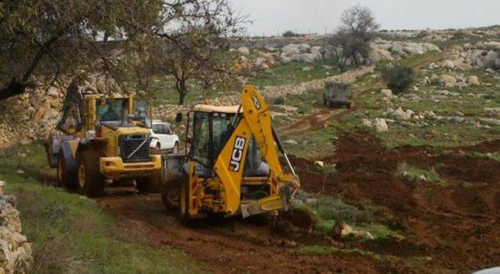 الاحتلال يجرف مساحات واسعة من أراضي بلدتي بروقين وكفر الديك
