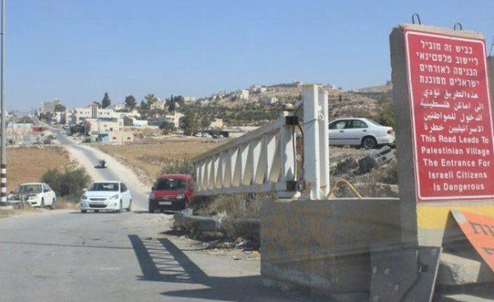 مواطنون يحطمون بوابة للاحتلال في كفر ثلث