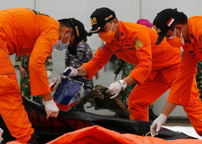 أندونيسيا تعلن تحطم الطائرة المنكوبة بشكل كامل والعثور على أشلاء