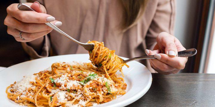 أبرز أسباب الشعور بالصداع بعد تناول الطعام