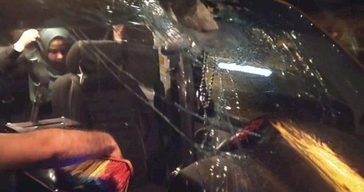 مستوطنون يهاجمون مركبات المواطنين على شارع رام الله نابلس الرئيسي
