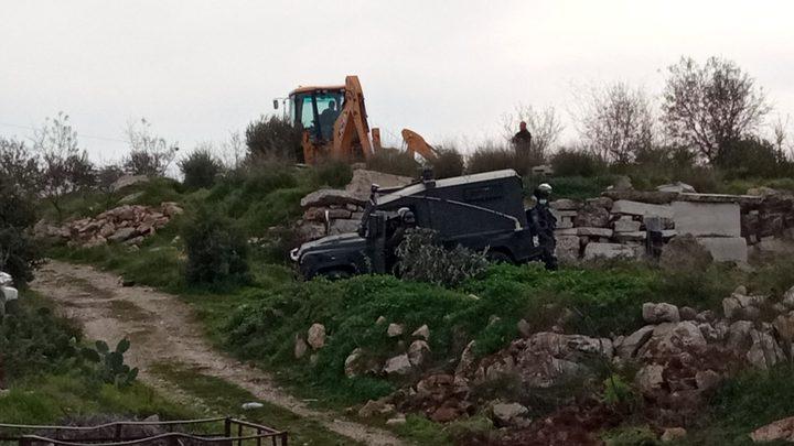 الاحتلال يجرف 8 دونمات ويقتلع 80 شجرة زيتون ولوزيات شمال الخليل