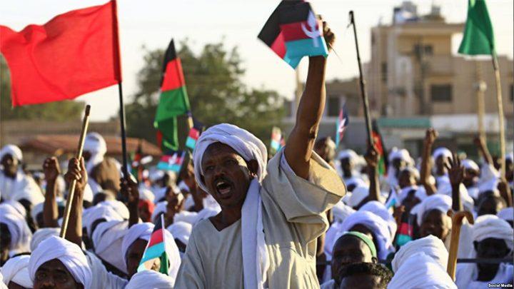 متظاهرون سودانيون يحرقون علم الاحتلالرفضا للتطبيع
