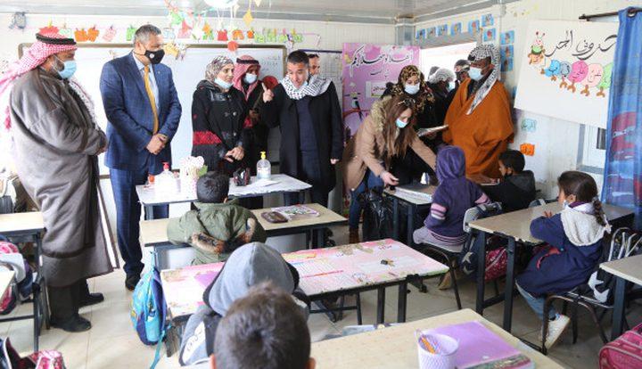 وزارة التربية توزع أجهزة حواسيب محمولة في مدرسة بادية رام الله