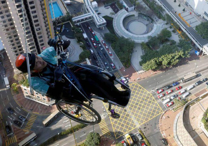 صيني مقعد يتسلق أعلى ناطحة سحاب في هونغ كونغ