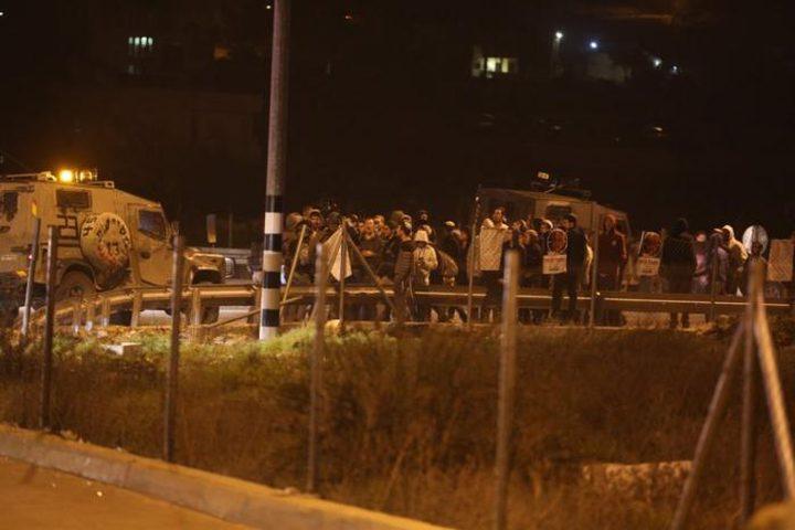 """بيت لحم: مستوطنون يغلقون مفترق """"عتصيون"""" وشارعا قرب تقوع"""