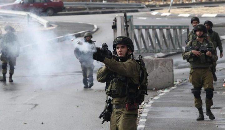 إصابة شابين بقنبلتي غازإثر قمع الاحتلال مسيرة كفر قدوم