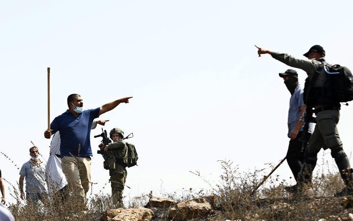 مواطنون يتصدون للمستوطنين على طريق قلقيلية نابلس