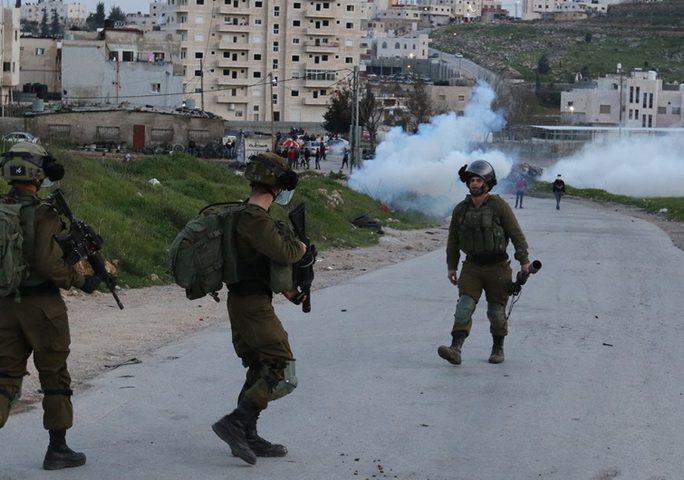 طولكرم: اندلاع مواجهات بين المواطنين وجيش الاحتلال في بلدة زيتا
