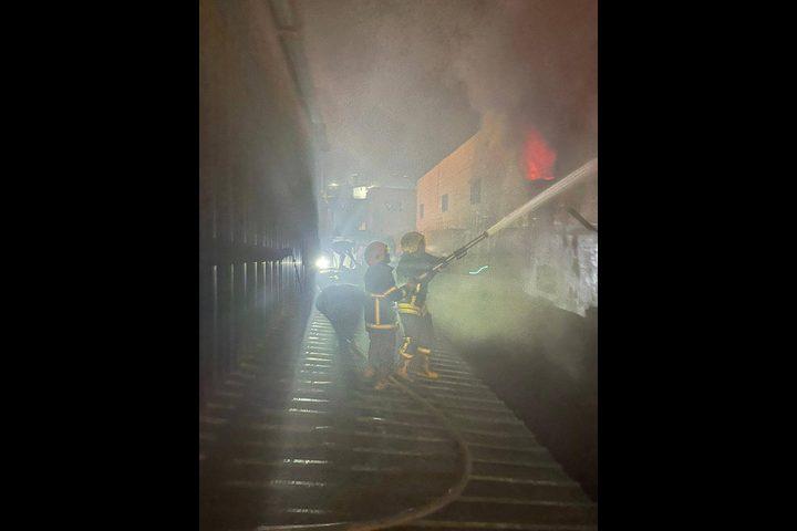 حريق كبير داخل مصنع اسفنج في الخليل