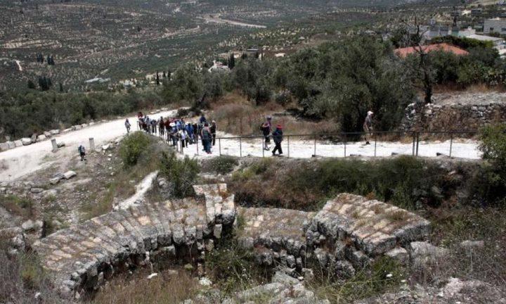 الاحتلال يخطر بإزالة سياج حول أرض زراعية في سبسطية