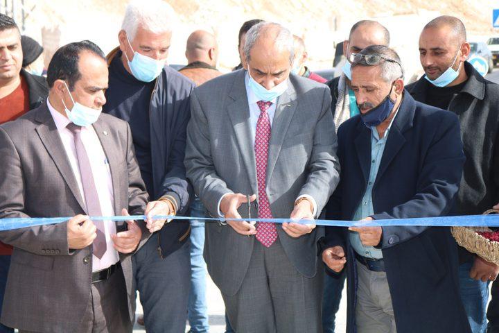 افتتاح طريقين ويضع حجر الأساس لآخر في محافظة الخليل