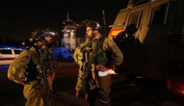 مستوطنون يعتدون على شاب ويطاردون صحفيا في تل الرميدة