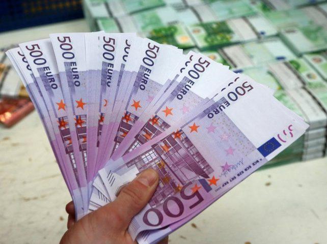 اليورو ينخفض إلى دون 90 روبلا للمرة الأولى في أسبوعين