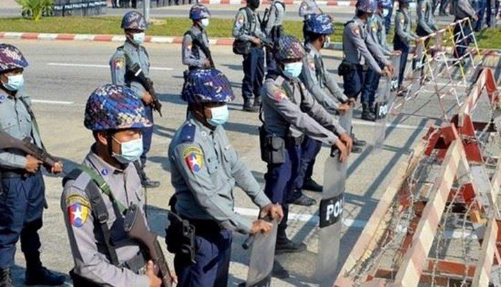 سلطات بورما تهدد بالرد على التظاهرات