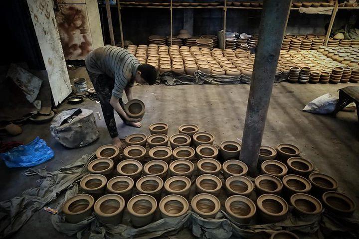 """صناعة الأواني الفخارية بأشكال وأحجام مختلفة في مصنع """"سليمان عطا الله"""" شرقي مدينة دير البلح وسط قطاع غزة  تصوير هاني الشاعر"""