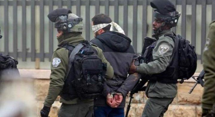 الاحتلال يعتقل شابين على حاجز الجيب العسكري