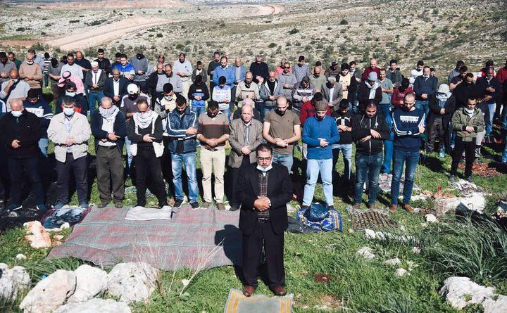 أهالي دير بلوط يقيمون صلاة الجمعة فوق أراضيهم المهددة بالمصادرة
