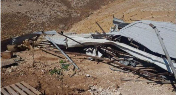 الاحتلال يجبر مواطناً على هدم حظيرة مواشي شرق بيت لحم