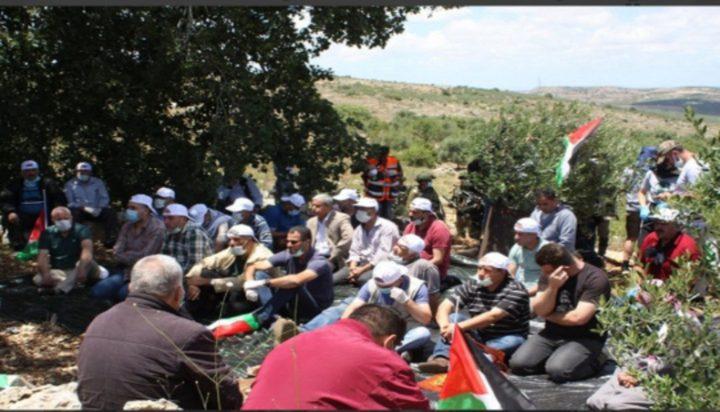 مواطنون يؤدون صلاة الجمعة في خربة حمصة الفوقا بالأغوار الشمالية