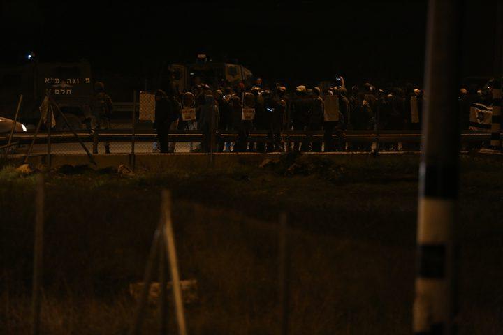مستوطنون يهاجمون حافلة على طريق قرية عصيرة القبلية جنوب نابلس