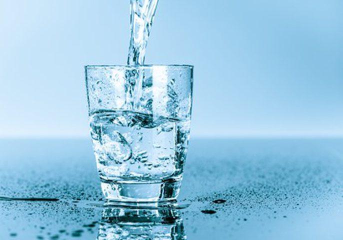 كم دقيقة يحتاج الجسم لامتصاص كوب من الماء ثم التخلص منه؟