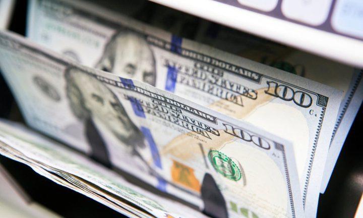 الدولار قابع قرب أدنى مستوى في أسبوعين