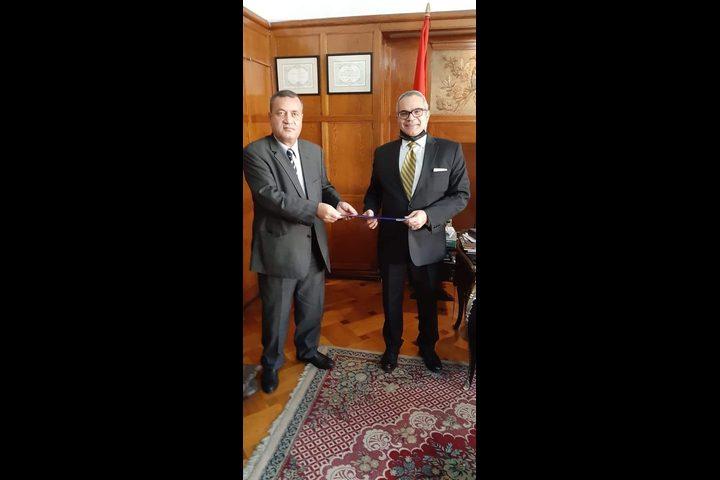 الجالية الفلسطينية تسلمسفير مصر برومانيا رسالة شكر للرئيس السيسي