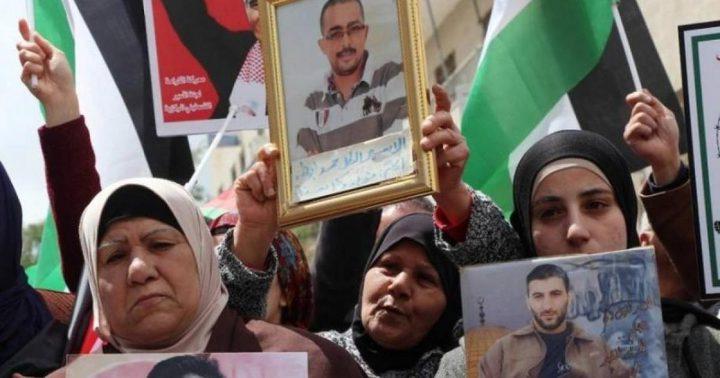 أهالي الأسرى يحملون الاحتلال المسؤولية عن حياة أبنائهم