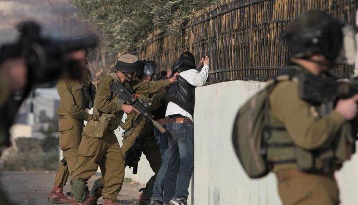 قوات الاحتلال تنكل بشاب قرب باب العامود