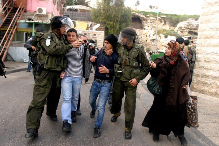 القدس: اعتقال شابين من بلدة شعفاط