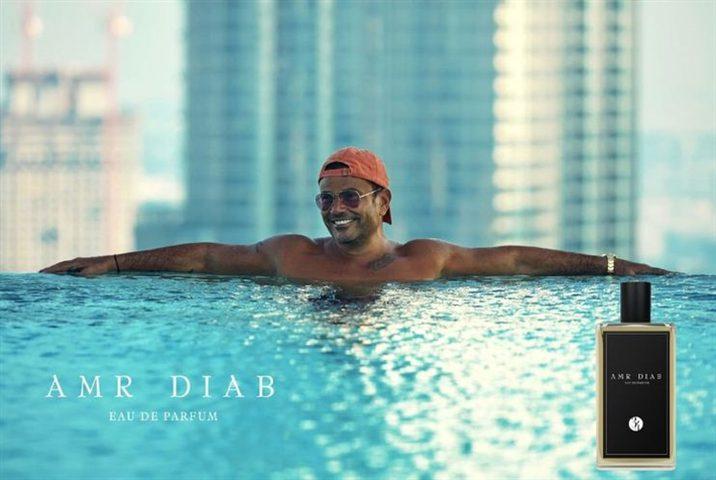 عمرو دياب ينشر الملصق الدعائي الأول لإعلان عطره في حمام سباحة