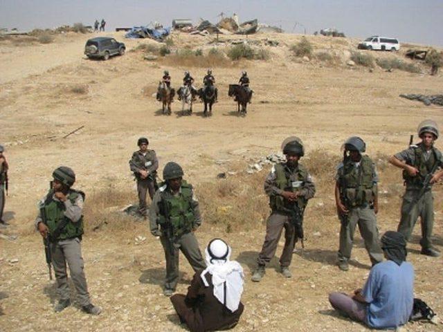 الاحتلال يحصي المواطنين في تجمع لصيفير في يطا جنوب الخليل