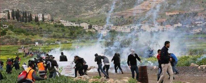 إصابات بالاختناق خلال قمع الاحتلال مسيرة سلمية في دير جرير