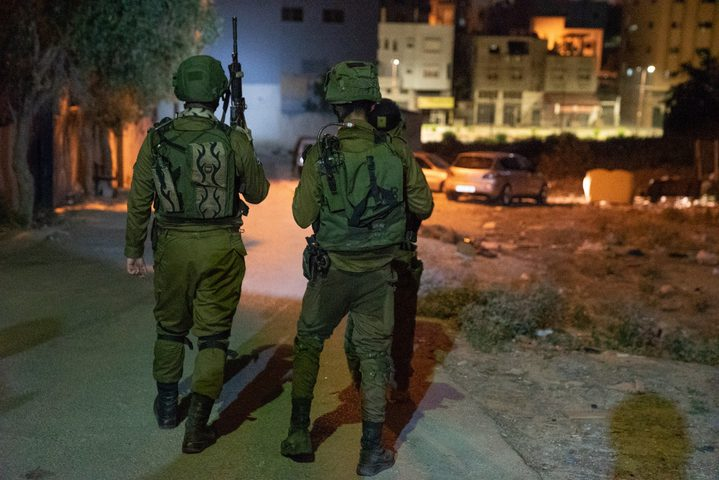 قوات الاحتلال تعتقل مواطنا شرق مدينة نابلس