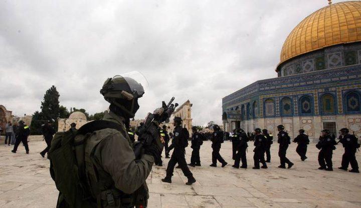 الاحتلال يعتقل فتاة خلال اقتحامه لباحات الأقصى