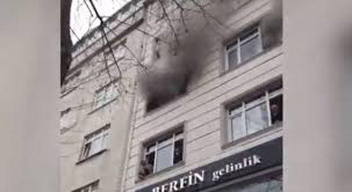 شاهد امرأة ترمي أطفالها من النافذة أثناء الحريق