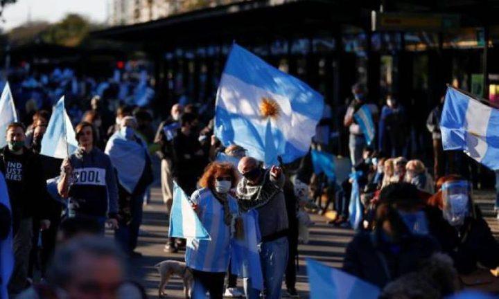 الأرجنتين.. احتجاج الآلاف على التمييز في توزيع لقاحات كورونا