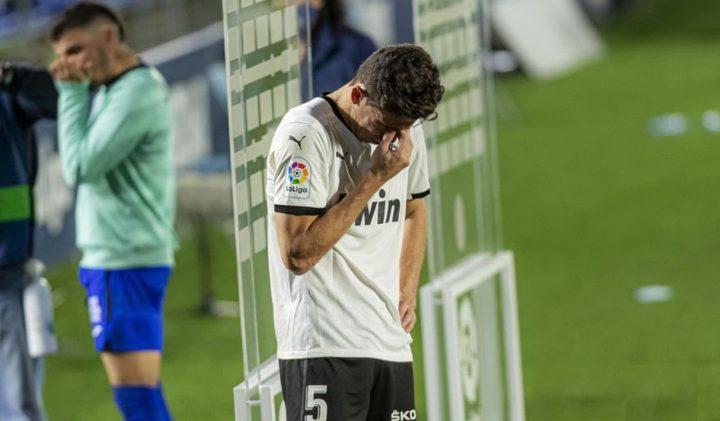 مدافع يبكي بعد الحديث عن صراع فريقه للهروب من الهبوط