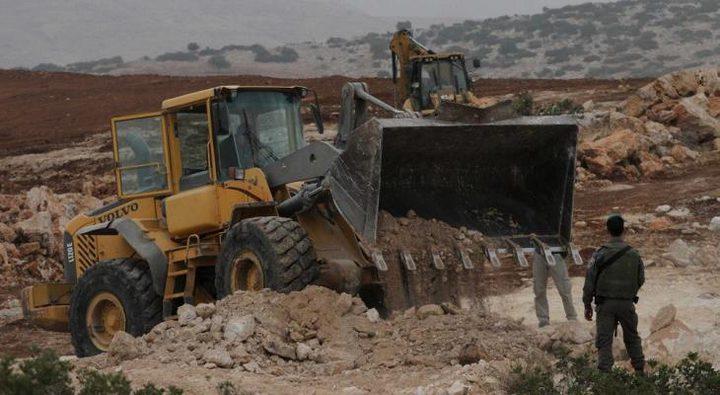 الاحتلال يستولي على جرافة في بيرين جنوب الخليل