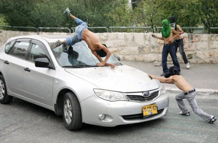 مستوطن يحاول دهس عدة مواطنين شمال نابلس