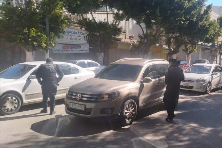 جانب من عمل الشرطة للحد من حركة المركبات والمواطنين تطبيقاً لقرار الاغلاق في  محافظة نابلس.