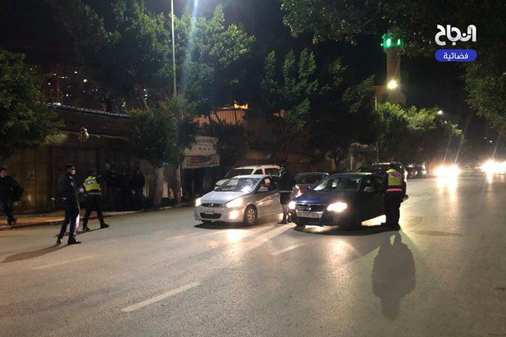 جانب من عمل الأجهزة الامنية بتطبيق قرار الاغلاق في محافظة نابلس مساء اليوم الأحد.