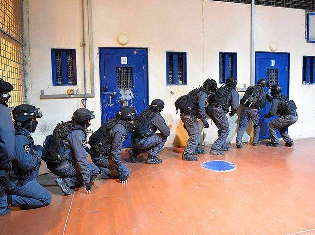 قوات الاحتلال تقتحم قسم (1) في سجن ريمون