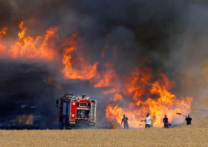 الاحتلال يزعم إصابة مستوطن إثر حريق منزل في غلاف غزة
