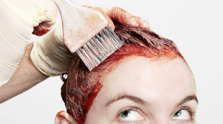 أفضل الطرق لإزالة صبغة الشعر عن الجلد